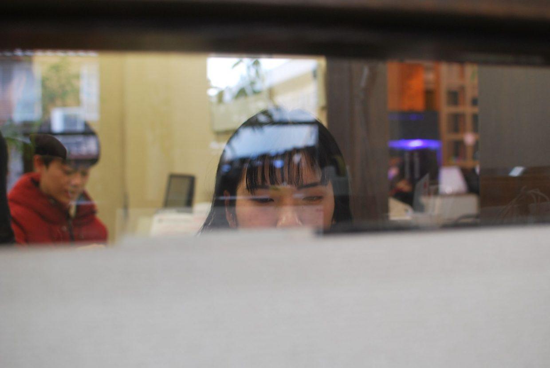 窓越しから見える頑張る生徒さん