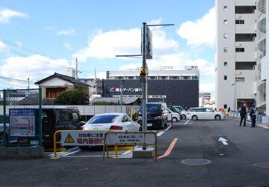 京阪電車の手前を北へ